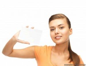 אישה מחזיקה כרטיס ביקור ריק - אילוסטרציה